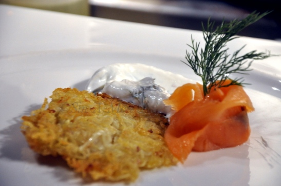 Reibekuchen mat Geräucherte Lachs und dill-sahne : Potato Cakes Served with Smoked Salmon & Dill cream (sour cream with fresh dill) I am a big smoked salmon fan and this one stuck all the right chords