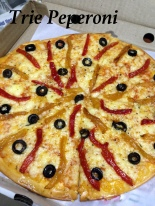 Trie Peperoni : Fresh tomato sauce, red and yellow peppers, olives and mozzarella. This is N's favorite