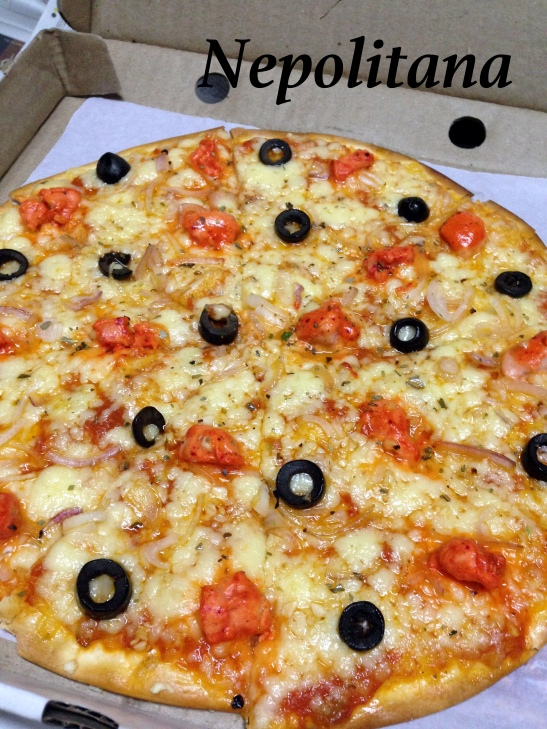 Nepolitana : Spicy tomato sauce, mozzarella, black olives, grilled chicken and garlic oil. This or the one with salami is the favorite chicken pizza at home
