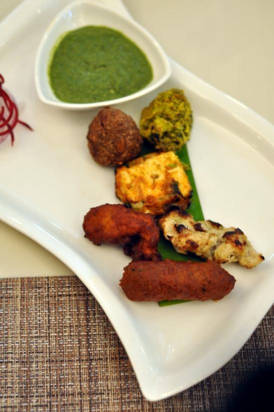The starters : Lamb Sheek from Kashmir, the white Chicken Reshmi Kebab, the Amritsari Fish, Bharwan Paneer, the Tandoori Cauliflower and the Gujar Vada